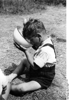 Erich O. Krueger 'So klappt es besser!', Ferienplatz Schloßpark Charlottenburg in Berlin 1947.